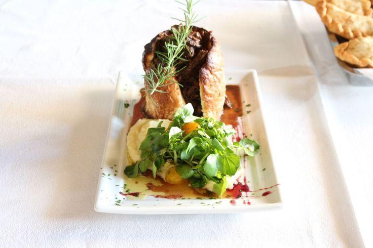 Ragú de Cordero al vino tinto en pan de sal y pure con brotes de berro… el Plato Típico Carhuense