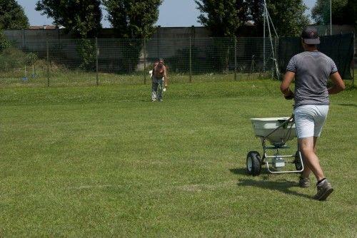 fertilizzando#1 #campi da #calcio. #rigenerazione tappeti erbosi. http://www.coopagridea.org/
