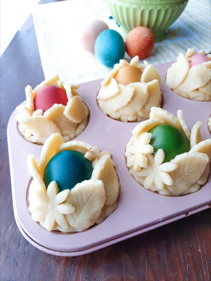 Cestini pasquali di pasta frolla con uova colorate ...