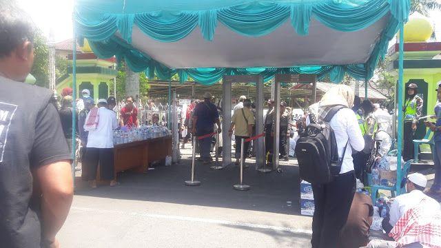 Berita Islam ! Duh! Mirip Tentara Yahudi Pintu Masuk Masjid An Nur di Pasang Metal Detektor... Bantu Share ! http://ift.tt/2jftSLw Duh! Mirip Tentara Yahudi Pintu Masuk Masjid An Nur di Pasang Metal Detektor  Puluhan ribu massa peserta aksi solidaritas Rohingya yang akan masuk ke Masjid An Nur Sawitan Magelang harus melewati metal detektor dan digeledah aparat Polisi Jumat (8/9/2017). Pemandangan ini mirip tentara Yahudi yang memblokade Masjid Al Aqsa di Palestina. Mereka memasang pintu…