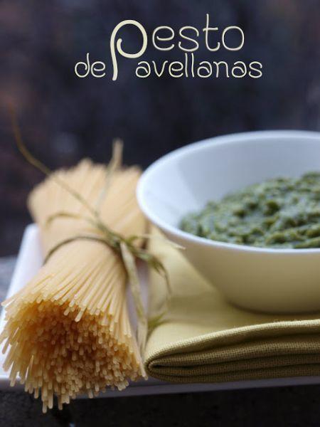 Triturar la albahaca, los ajos y las avellanas hasta conseguir una pasta homogénea. - Receta Entrante : Pesto de avellanas por Rosabocadosdulcesysalados