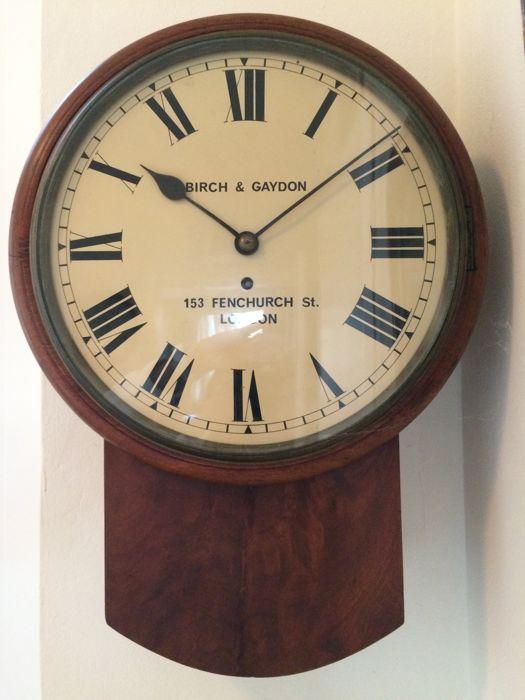 Fusee of snek klok met mahoniehouten rand - London Engeland ca. 1850  Engelse snek of fusee klok met 8 - daags slingeruurwerk.Gesigneerd. De klok is een zgn drop dial.Het is een fusee of snek klok. Deze wordt door een ketting/kabel aangedreven.Het is een degelijk messing precieze uurwerk.Mahoniehouten slanke lijst en kast. Een opwindsleutel wordt meegeleverd.Uurwerk compleet en origineel.Wijzerplaat niet overgeschilderd.Messing omlijsting van het glasdeurtje.De klok functioneert…