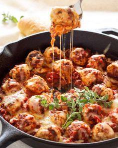 イタリアン風ミートボールレシピの紹介です。モッツァレラチーズを包んだミートボールをトマトソースで煮込んでいるから、旨みたっぷり♪お弁当のおかずとしてもおすすめです!