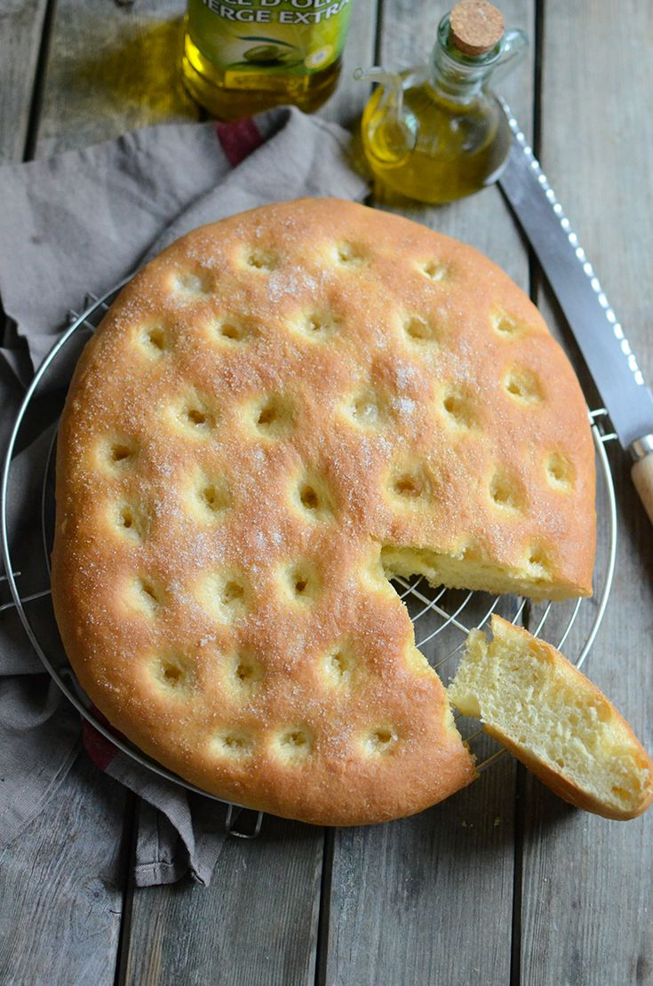 Avec Tramier, la #boulange est un jeu d'enfant...   Le nom de #fougasse puise son origine dans le latin panis focacius, désignant un #pain plat cuit sur un foyer ou sous les cendres d'un feu. En Italie, elle se nomme #focaccia et se décline de différentes façons,