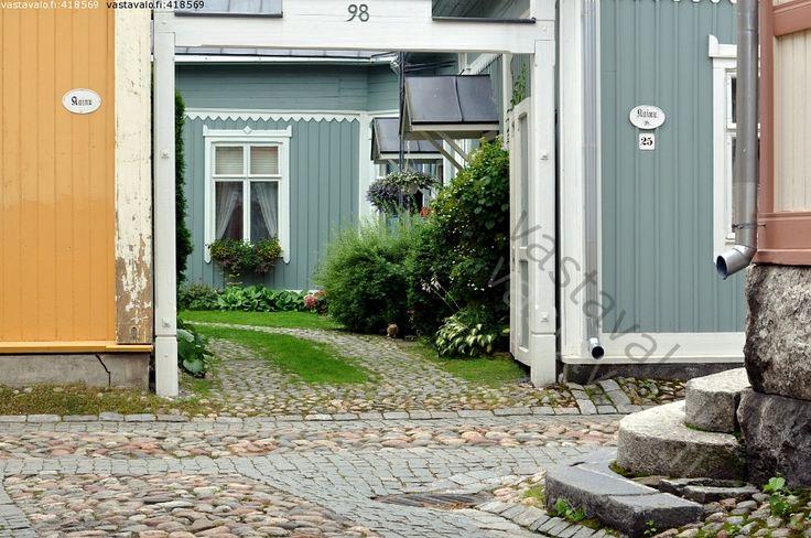 Kaunis pihanäkymä - Vanha Rauma Unesco maailmanperintökohde puutaloarkkitehtuuri piha pihapiiri  portti kadunkulma mukulakivi noppakivi  nupukivi katu vihreys perennapenkki kiviportaat