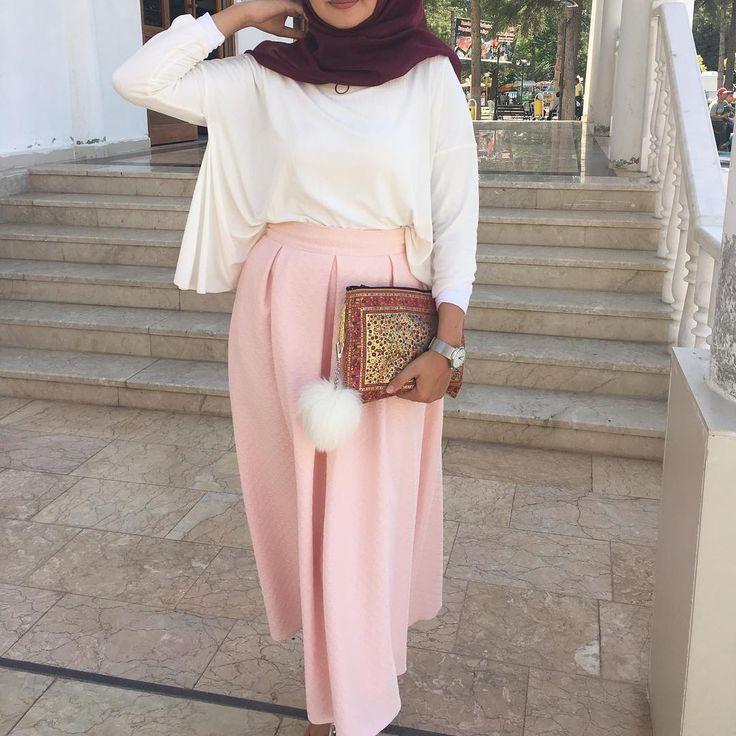 "1,454 Likes, 19 Comments - Ebru (@ebrusootds) on Instagram: ""Today Weste @ileyda_boutique Hijab @yarensalesarp 〰〰〰〰〰〰 #hijabilookbook #bukombin #today…"""