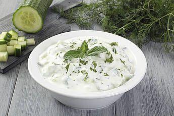 *** Tzatziki. Serveer met gyrosgehakt, rijst of pitabroodjes en een Griekse salade (tomaat, komkommer, zwarte olijven, witte bonen, feta, rode ui, peterselie, olijfolie en citroensap).