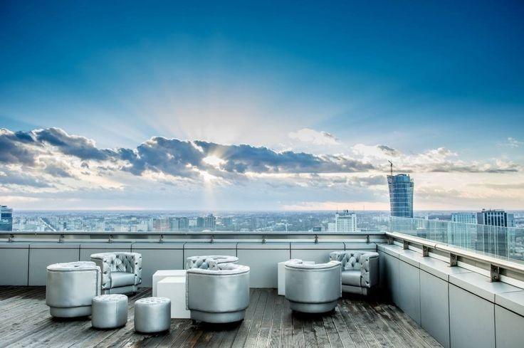 """Klub zaprojektowany jest w duchu aritektury Nowego Jorku klub, ściśle odzwierciedla klimat najlepszych miejść w tym mieście.  Na 28. piętrze znajduje się podświetlany, onyksowy bar bar, dance floor i DJka. Dodatkową atrakcją są dwa tarasy ze stolikami i kanapami. Na pierwszym z nich można ogrzać się przy klimatycznym kominku, a na drugim posłuchać szumu pięknie wkomponowanej fontanny. W środku zaaranżowano też piękną strefę VIP mieszczącą 50 osób.  Klub """"The View"""" został zarekomendowany…"""