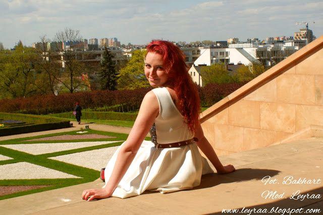 Leyraa Blog: 24.04.2016 Biała rozkloszowana sukienka z złotą ko...