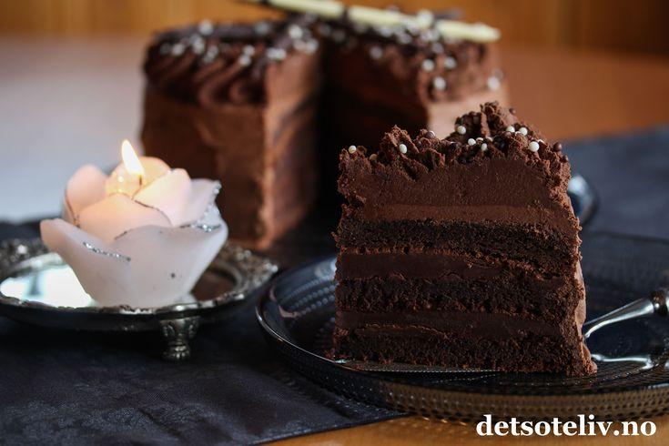 """Annonse: Reklame for egen bok Hei, I dag 27. januar er faktisk den internasjonale sjokoladekakedagen! AND SJOKOLADEKAKE IT IS!   Dette er en amerikansk klassiker, og jeg vil faktisk påstå at dette er den ultimate sjokoladekaken og alle sjokoholikeres drømmekake! Og ja, det er riktig at du må ha 1,2 kg kokesjokolade for å lage den...  Oppskriften finnes også i sjokolade-kapitlet i den nye kakeboken min """"Det søte liv - Kaker for enhver smak"""".Boken finnes i de aller fleste bokhand..."""