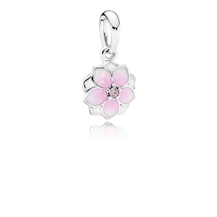 Zawieszka Różowa magnolia PANDORA, Kolor: Róż, Biel, Materiał: Emalia, Metal: Srebro 0,925, Kamień: Cyrkonia sześcienna, Urocza zawieszka inspirowana motywem magnolii pasuje zarówno do bransoletki, jak i naszyjnika. Wzbogaci ona każdy strój szczyptą kobiecej elegancji. Niezwykły kwiat magnolii kojarzy się z pięknem, gracją, szlachetnością i godnością. Jego uderzające piękno zostało uchwycone w tym cudownym projekcie. Płatki kwiatu pokryto ręcznie białą i różową emalią, tworząc efekt ci..