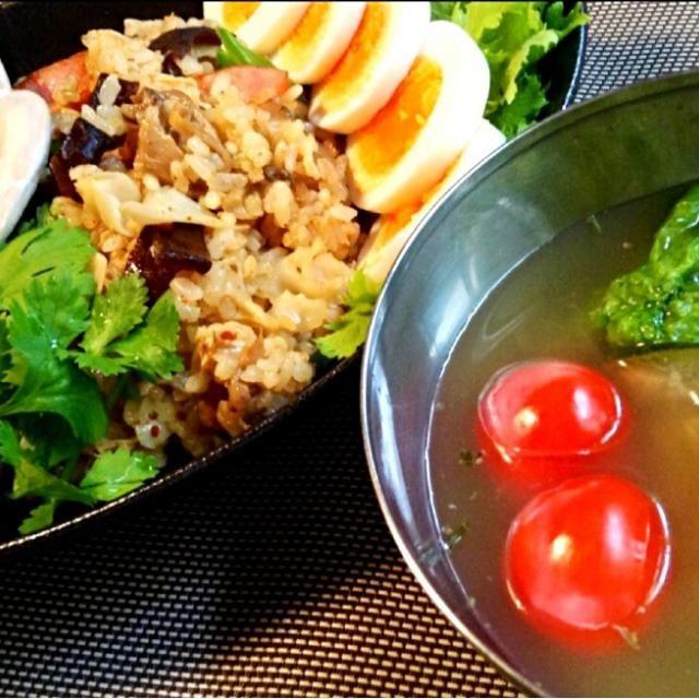 冷房で身体が冷えるので、芯から温める薬膳スープにズッキーニやアボカドもいれて、スープしみしみの野菜をたっぷり食べました〜(。-_-。) 良い三連休を〜 *・゜゚・*:.。..。.:*・'(*゚▽゚*)'・*:.。. .。.:*・ - 112件のもぐもぐ - バジルの薬膳スープとキノコチャーハンランチ by nonno