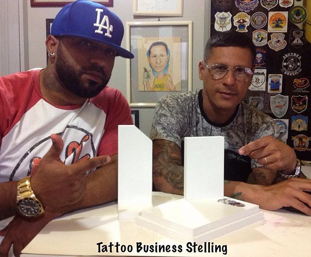 """Os empresários @coiote_tattooba e @pachecoalexandro preparando as bases para os troféus da 2ª Lagos Tattoo. Dias 15, 16 e 17 de setembro  Local Space Hall -  São Pedro da Aldeia - RJ  #andrestellingtattoosupply #tattoobusiness #tattoobusinessbrasil #tattoos #tattoo #tattooink #convencao #tattooer #tattooers #tattooed #marketing #marketingdigital #marketingteam #tatuagem #tattoostudio #negocios #iguaba #saopedrodaaldeia"" by @stelling_andre. #startupgrind #successmindset #businesslife…"