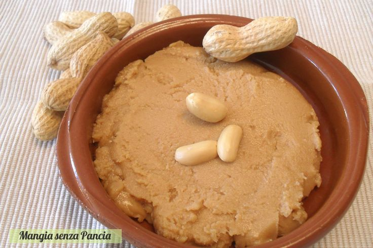 Il burro di arachidi fatto in casa è facile da preparare ed è salutare e gustoso. Ne basta poco per dare tanto sapore e poche calorie.  Mangia senza Pancia | Burro di arachidi fatto in casa