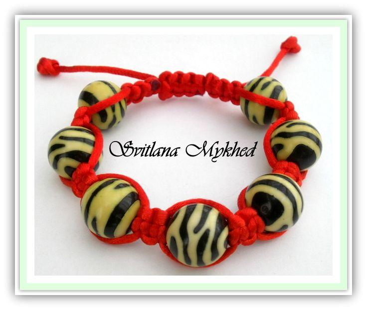 Bracelet style shamballa perles Zébré. cordon satin rouge (réversible) : Bracelet par perles-et-couronnes