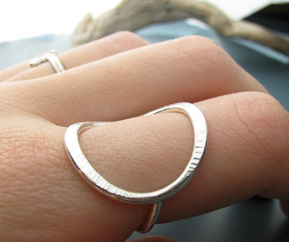 {P R o d u k t} Dieser ungewöhnliche Ring wird mit Sterling Silber Draht gebildet, die ich geschmiedet und texturiert.  {D i m e n s i o n e n} -14 Drahtstärke  {M a t e r a l s} -Sterling silber  {S ich z e s} Ich kann es in den Größen 3 bis 15 (US), darunter die Hälfte machen und Quartal Größen; bist du nicht in der Lage, es aus dem Drop-down-Menü wählen, bitte lassen Sie mir eine Notiz an der Kasse mit Ihrer Größe.  {P o l i k i e s} Vergiss nicht, einen Blick auf meine Shop-Politik vor…