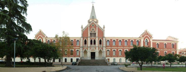 Hospital de los marqueses de Linares o de San Jose y San Raimundo. Se encuentra en Linares (Jaén). Mandado a construir por los I Marqueses de Linares. Se construyó a principios del siglo XX concretamente en los años 1904 - 1917.