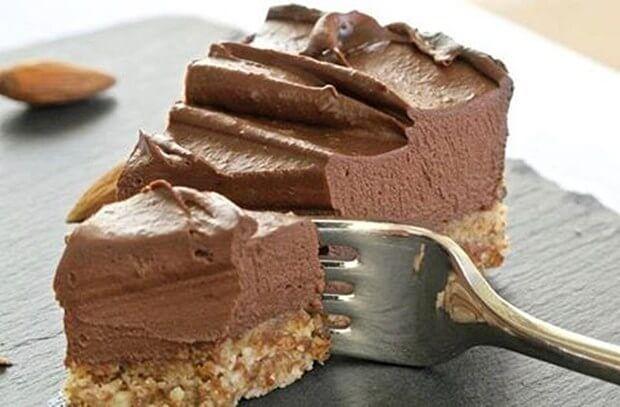 Nejdříve si rozdrtíme sušenky. Potom si rozpustíme máslo sJEDNOUlžící Nutelly a nalijeme do sušenek. Vše promícháme a sušenky vmačkáme na dno dortové formy. Dáme chladit na chvíli do lednice. Pak si smícháme smetanový sýr se zbytkem Nutelly a dáme také chladit do lednice. Po chvíli vyndáme základ dortu a čokoládový krém z lednice. Na základ …