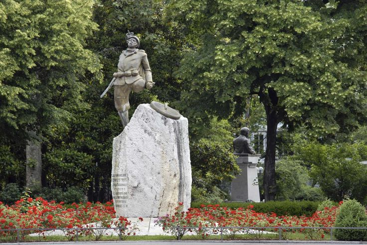 Piazza C. Battisti. Enrico Toti.