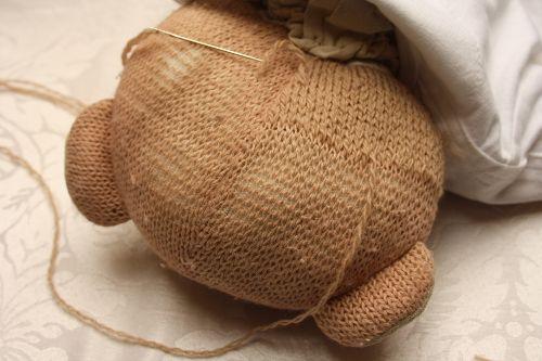 Dankzij een oude techniek als mazen kan deze breiselbeer weer jaren mee.
