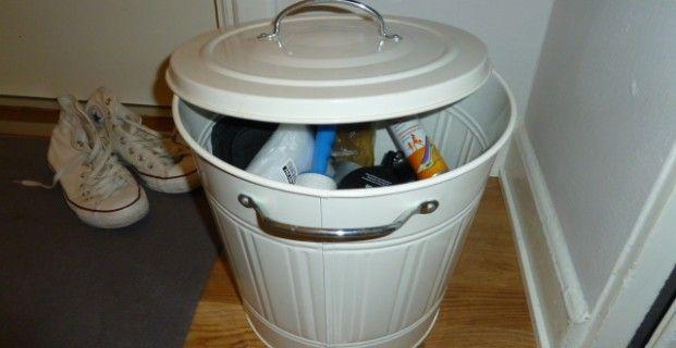 Förvaring av sko- och klädvårdstillbehör i en tunna från IKEA