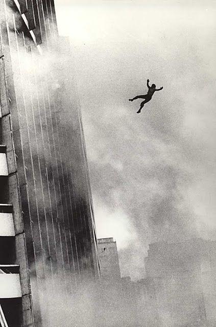 Edifício Joelma em SP. Durante o incêndio, em fevereiro de 1974, as pessoas se atiravam das janelas para escapar do fogo.