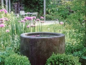 Sitzplatz_Brunnen_Granit_Landhausgarten
