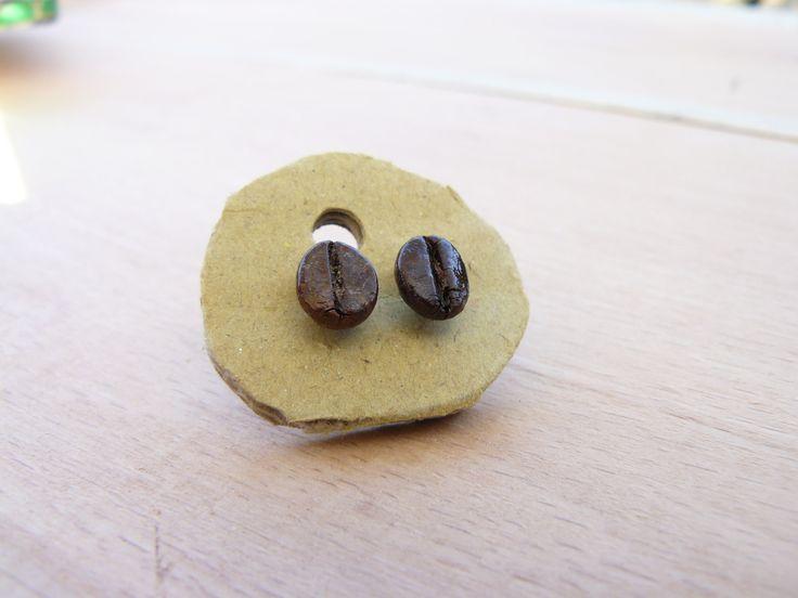Náušnice Kávová zrnka Pecičky do uší s pravým kávovým zrnkem :) Na uchu vypadají moc krásně a elegantně. K dispozici jsou zrnka různých tvarů, velikostí a odstínů. Posílám je upevněné na kartonu, vypadají tedy pěkně i jako dárek. Jsou přelakované, takže mají krásnou lesklou barvu. Tento kus je prodaný, mohu na objednávku vyrobit jiné.