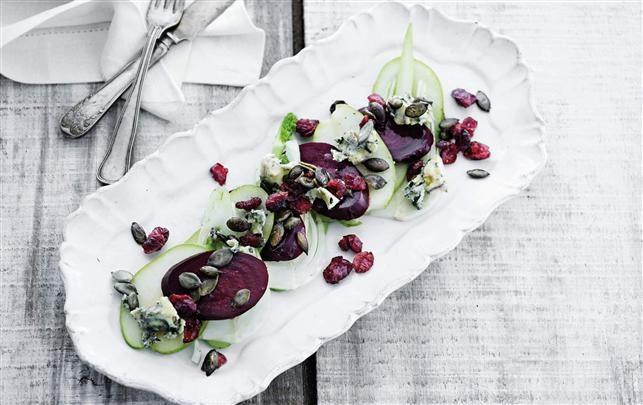 Rødbede-pæresalat med ost og nødder