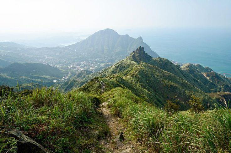 Cestou k Chahushan a dále do zlatokopeckého městečka Jinguashi... Krásný kopec v pozadí je Keelungshan. #tofutaiwantours #tofutaiwan #životnataiwanu #cestování #taiwan  #tchajwan #tchaj-wan #tchajwannenithajsko #taiwanisnotthailand #iseetaiwan #igtaipei #igtaiwan #exploretaiwan #taiwanwalker #biglittleisland #amazingtaiwan #focus_taiwan #台灣 #대만 #ไตหวน #Тайвань #تايوان #hiking