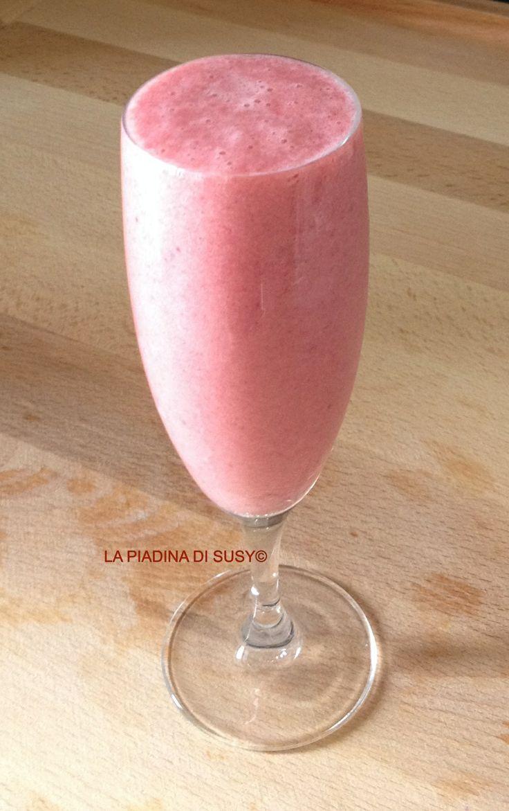 FRAPPE' DI FRAGOLE: fragole, latte, ghiaccio, vanillina, zucchero