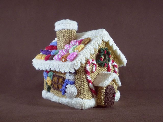 Free pattern for a knitted gingerbread house that opens to store miniature garland inside!
