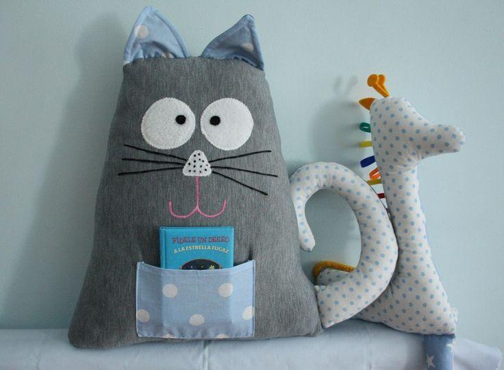 Kissen, Maskottchen Katze aus der Tasche.  von Karmelki-by-Ania auf DaWanda.com
