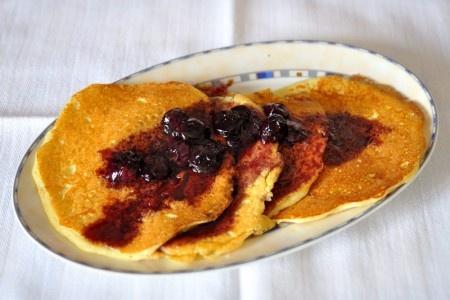 Pancakes con salsa ai mirtilli e sciroppo d'acero