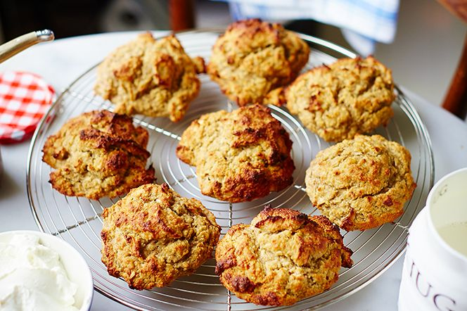 Ett underbart recept på saftiga bananscones utan gluten. Lika snabba och enkla att göra som vanliga scones och passar perfekt till brunch, frukost eller mellis.