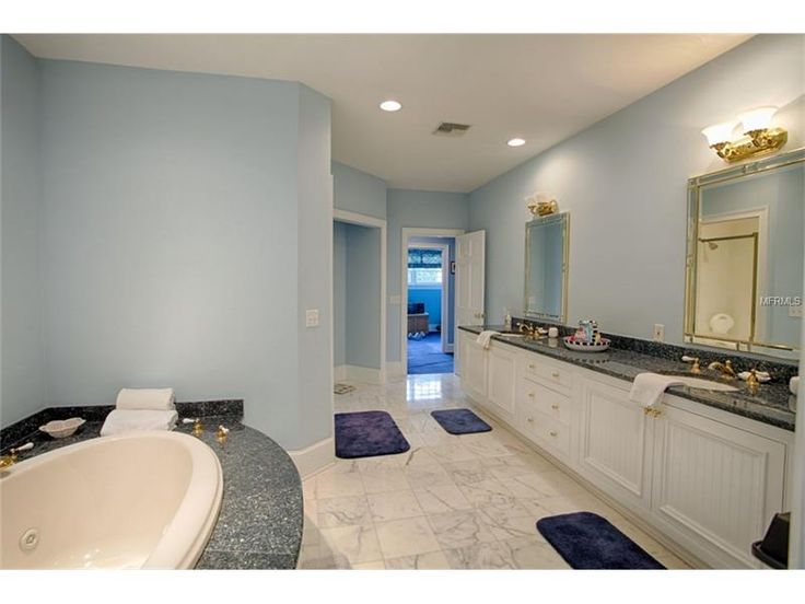 Banheiro da suíte, com pias duplas e banheira de hidromassagem