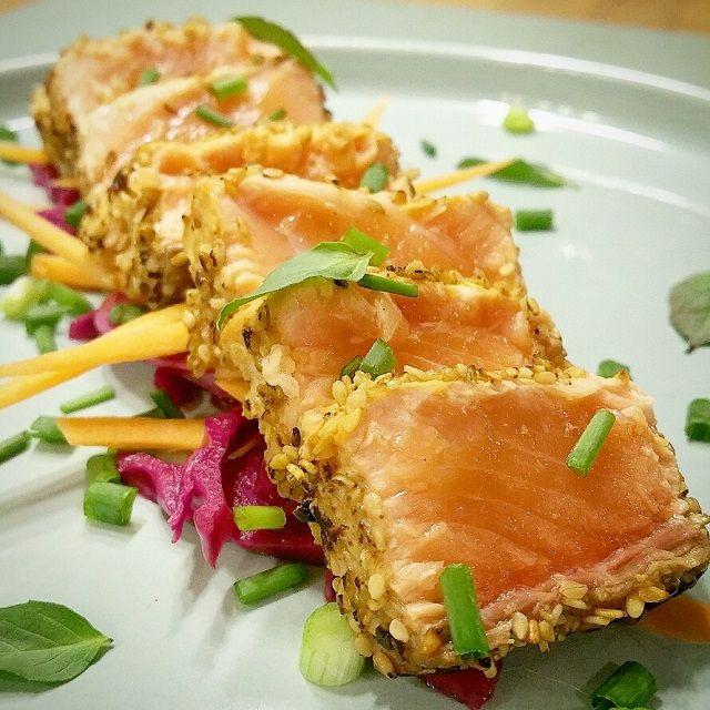 Recette du Tataki de saumon mariné dans une sauce japonaise aux épices fumées, et dressé sur un lit de légumes pickles.