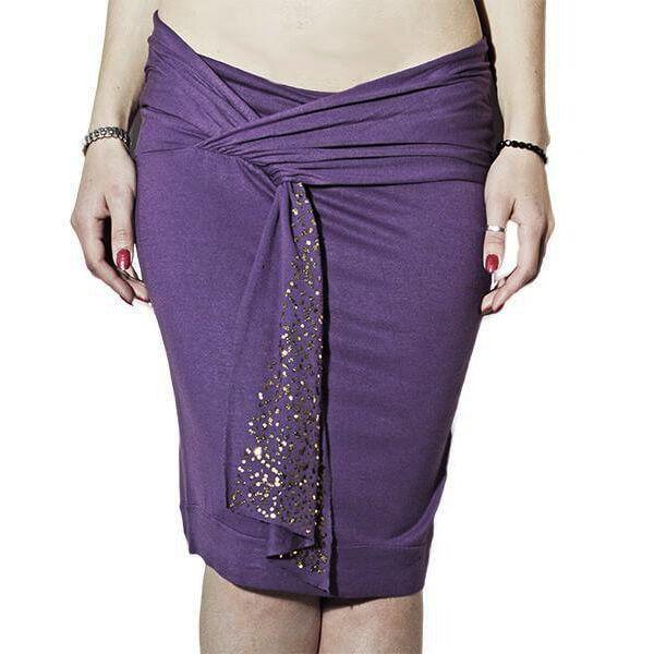 Φούστα μίντι σε ύφασμαβισκόζη λύκρα με ζώνη στην μέση σε μώβ χρώμα.