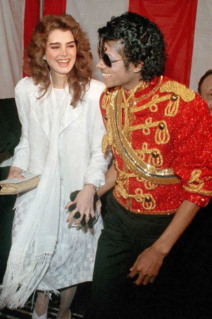 Brooke Shields and Michael Jackson. They´re so cute together!! XD