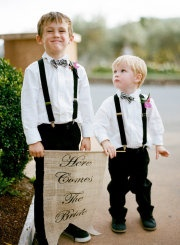 I like the suspenders for the ring bearers & the burlap sign