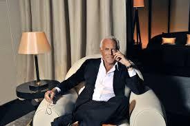 Giorgio Armani è un stilista italiano con i cappelli bianchi