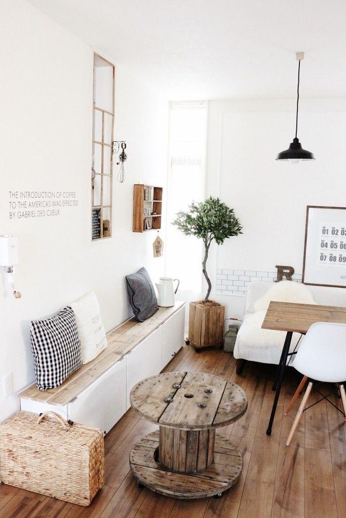 ここにちょっとした机があったらな。もしもベンチがあったら。 そんな風に、模様替えの度にもの足りなく感じることもある家具。 ですがその度に家具を購入していると家も狭くなり 管理できなくなってしまいます。 そこで、家具にも収納にも使えるカラーボックスを 変幻自在に使ってみました。