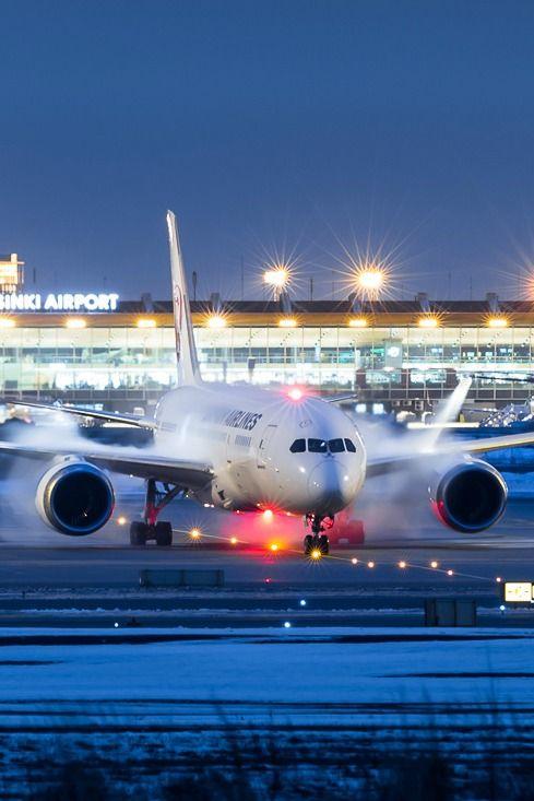 Night flight - Boeing 787 at Helsinki airport.  - empfohlen von First Class and More