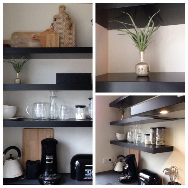 Keuken Ikea schappen zwart