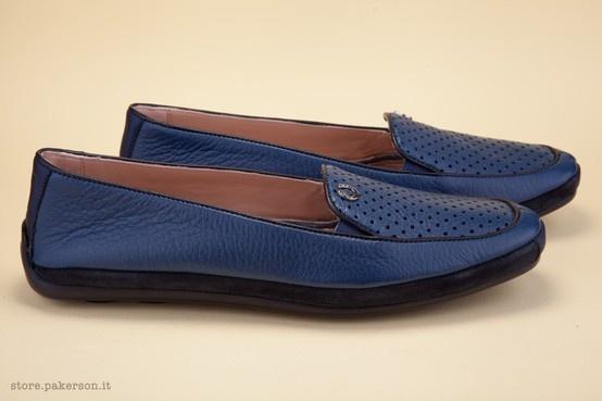 The perforated vamp makes this a summery shoe offering cool breathability. - La tomaia forata rende la calzatura più estiva, conferendole traspirabilità e freschezza. http://store.pakerson.it/woman-moccasins-22346-marino.html