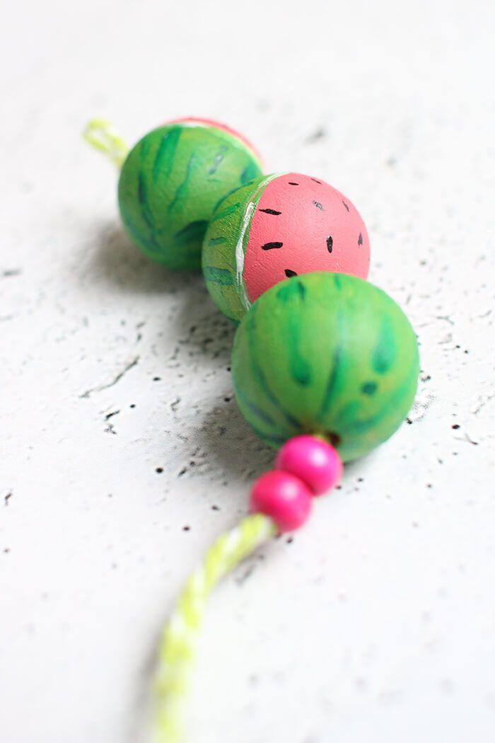 DIY: dani von Gingered Things bastelt aus Holzkugeln einen Schlüsselanhänger im Wassermelonen Style. Hier geht es zur Anleitung.