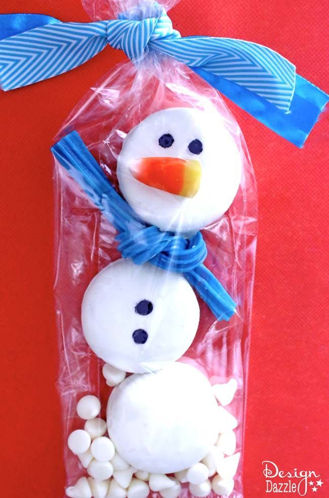 Oreo Snowman Christmas Gift Treats Recipe and Tutorial - This Oreo Snowman is almost too cute to eat and it is such a fun holiday gift idea.  The neighbors are going to love it!