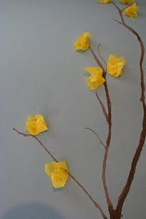 Easy Kid Spring Art Craft: Tissue Paper Forsythia      This craft is   an oldie but goodie  from my own   elementary school days.     So simple that you can make it   with your two year old,  or get your school-age child   set up with supplies and let them go!  boom op behangpapier, blaadjes vouwen en vol laten hangen. Een meter breed en van boven tot beneden gezellig