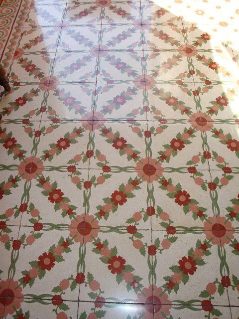 Suelo modernista de mosaico hidráulico. Barcelona