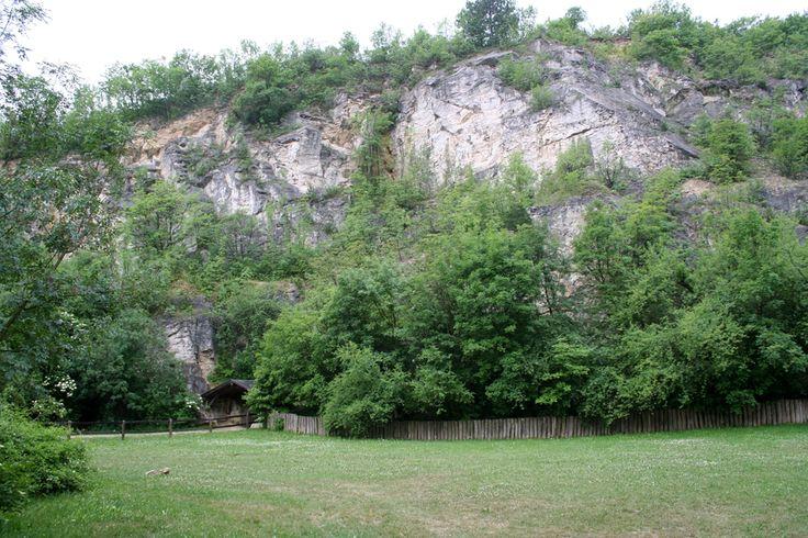 Pál-völgyi-barlang (Budapest): A barlang máig feltárt hossza 19 km, ebből a túraútvonal 500 méter. Ez Magyarország második leghosszabb barlangja. Leginkább cseppköveiről nevezetes, bár sokkal jellemzőbbek rá a magas, hasadékszerű folyosók és a hévizek által kioldott gömbszerű oldásformák. Változatos, csillogó kalcitkristályok és kagylólenyomatok csodálhatók meg. A meseszerű cseppkövek, különleges szikla alakzatok évezredek óta változatlan formában várják a látogatót.